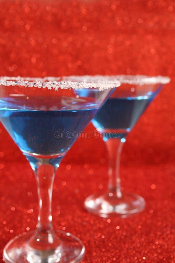 Zwei Gläser mit blauen Getränken stockfotografie