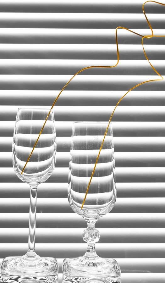 Zwei Gläser mit gewundenen Zweigen stockfotografie
