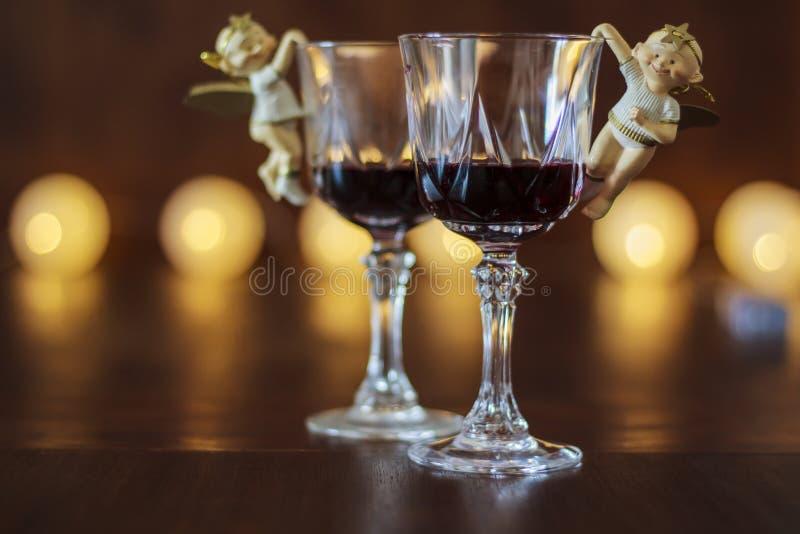 Zwei Gläser Rotwein mit Weihnachtsdekoration stockbilder