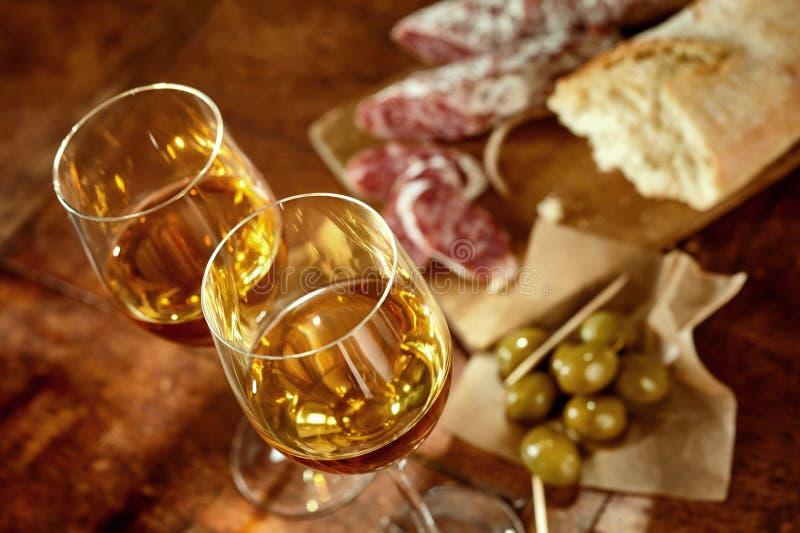 Zwei Gläser Sherry mit spanischen Tapas stockbild