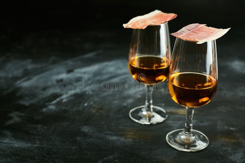Zwei Gläser spanischer Sherry mit Tapas stockbilder