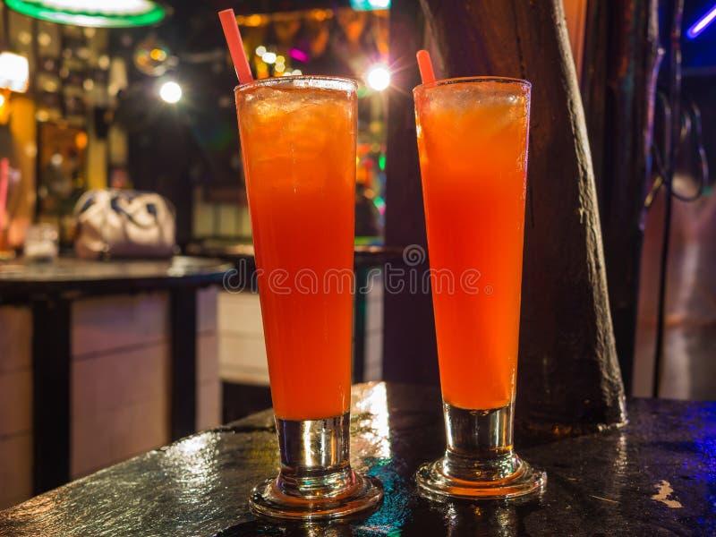 Zwei Gläser Tequila-Sonnenaufgang-Cocktails lizenzfreie stockfotografie