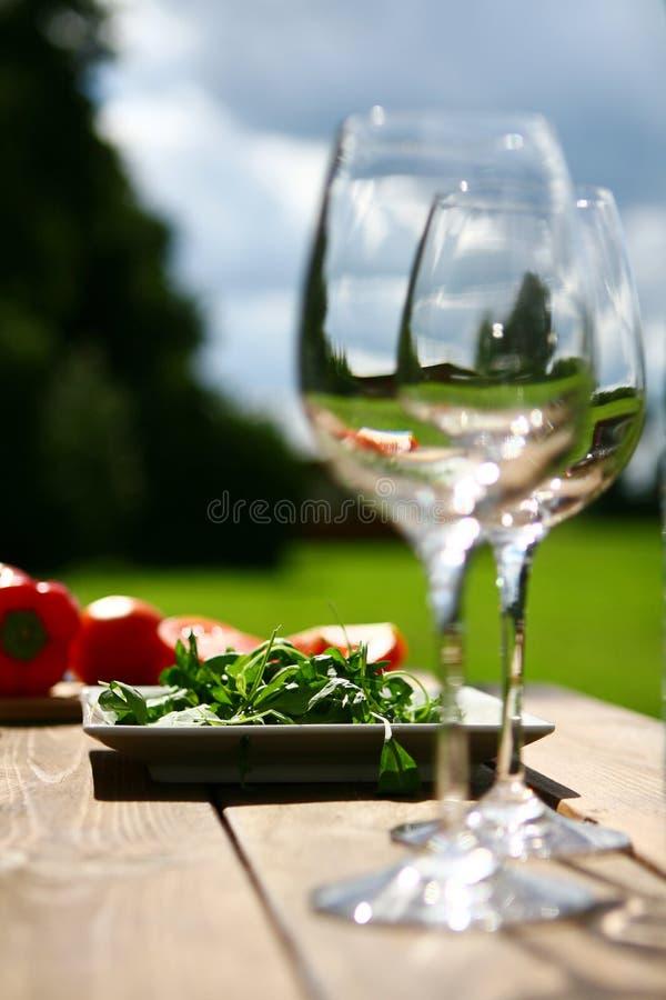 Zwei Gläser Wasser auf Tabelle stockfotografie
