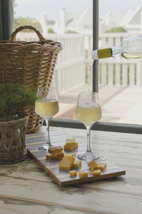 Zwei Gläser Weißwein mit Käse, rustikaler, selektiver Fokus lizenzfreie stockbilder