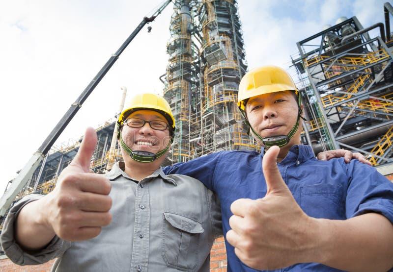 Zwei glückliche Arbeiter mit dem Daumen oben stockbild
