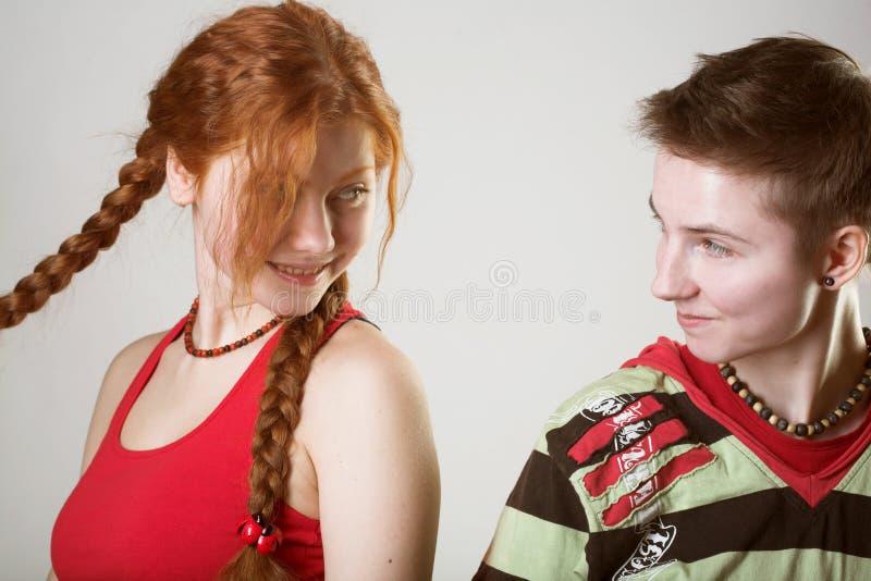 Zwei glückliche Freundinnen stockfotografie