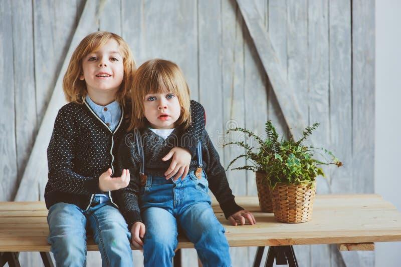 Zwei glückliche Geschwister, die zu Hause morgens spielen stockfotos