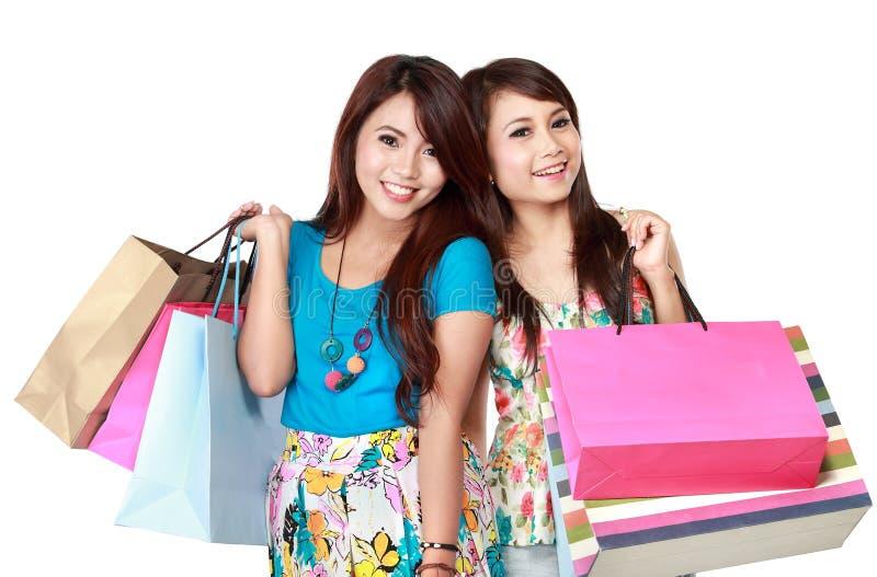 Zwei glückliche haltene Einkaufstaschen der jungen Frau stockbild