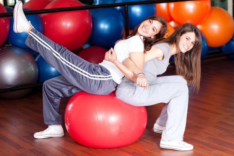 Zwei glückliche junge Frauen in der Gymnastik stockbild