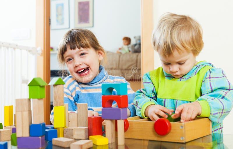 Zwei glückliche Kinder, die im Haus spielen stockfotos