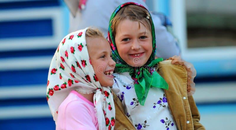 Zwei glückliche lächelnde Mädchen lizenzfreie stockfotografie