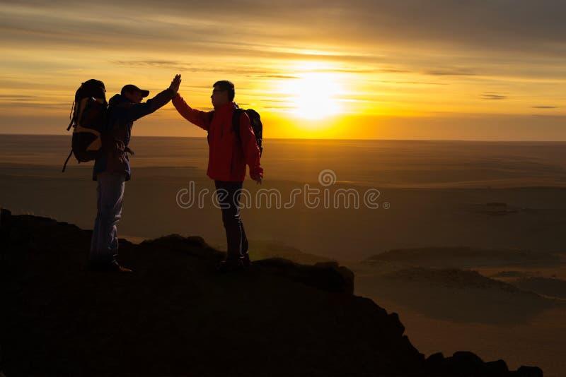 Zwei glückliche Wanderer stockfoto