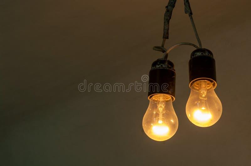 Zwei Glühlampen des schwach leuchtenden Retrostils lizenzfreie stockbilder