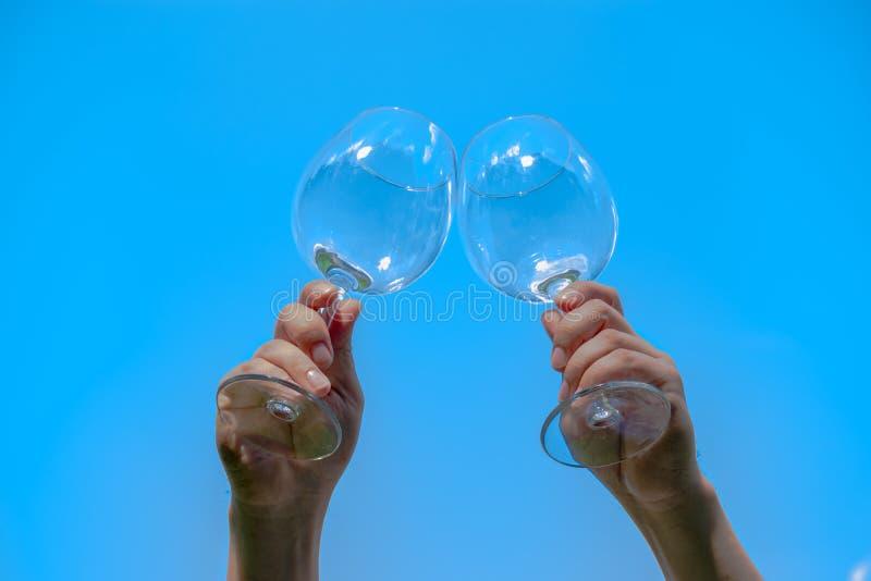 Zwei Gl?ser Wein gegen den Hintergrund der untergehenden Sonne mit Raum f?r Text lizenzfreie stockfotografie