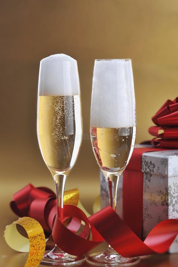 Zwei Glas mit Champagner stockfotos