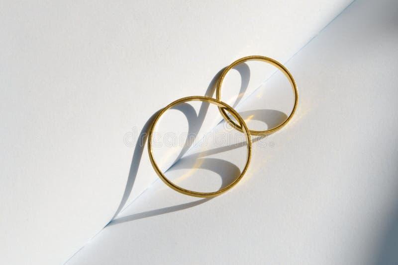 Zwei goldene Eheringe lizenzfreie stockbilder