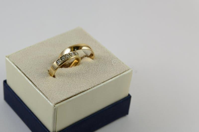 Zwei goldene Eheringe liegen in Kasten stockfotos