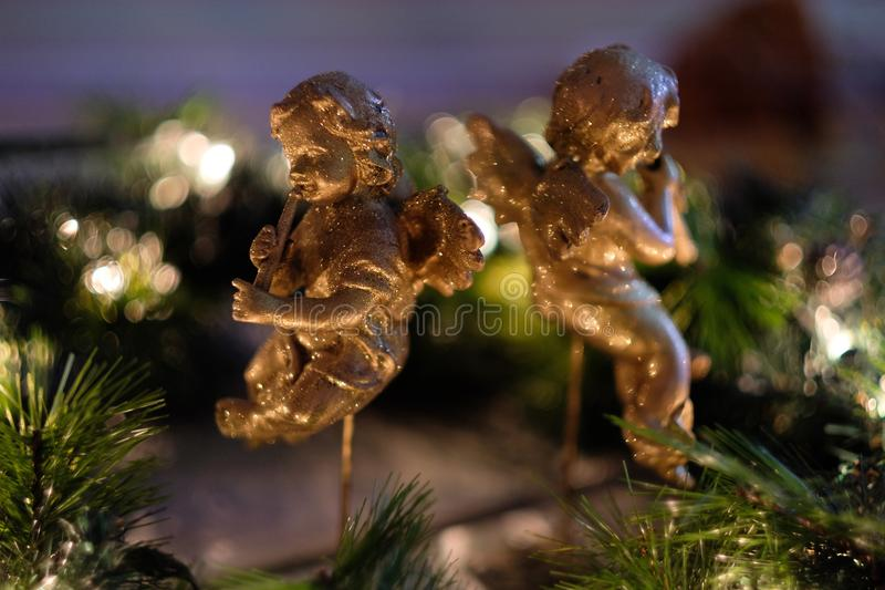 Zwei goldene Zahlen von Engeln stockbilder
