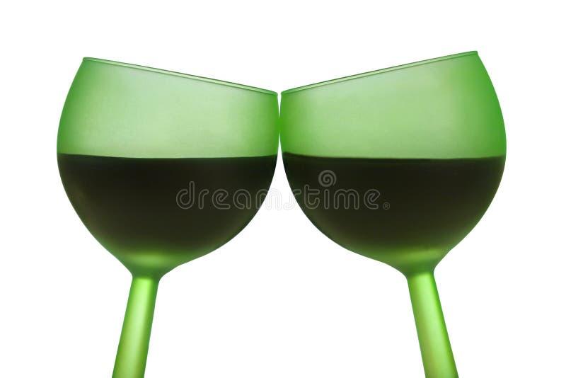 Zwei grüne Gläser mit Rotwein stockfoto