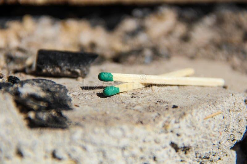 Zwei grünes Match auf einem Kamin- oder Grillplatz stockfotografie