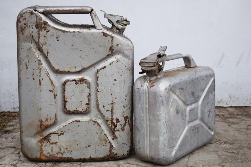 Zwei graue Dosen mit Benzin oder Diesel, Metallfaß lizenzfreies stockfoto