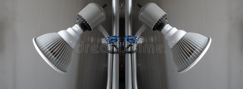Zwei graue Lampen bilden einen Spiegeleffekt lizenzfreies stockfoto