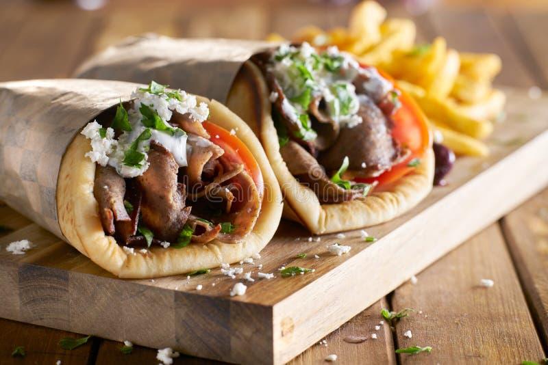 Zwei griechische Kreiselkompasse mit rasiertem Lamm und Pommes-Frites lizenzfreie stockfotografie