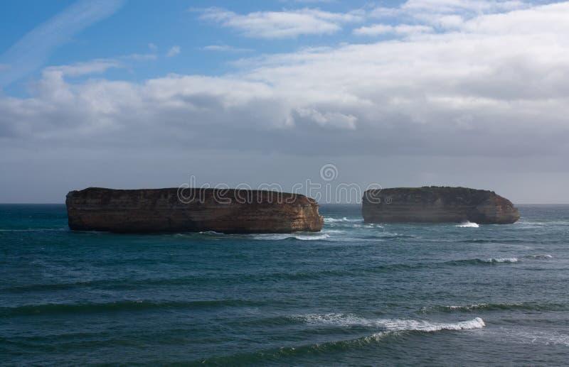 Zwei große Inseln vor der Küste in der Bucht von Inseln auf der großen Ozean-Straße in Australien lizenzfreie stockfotografie