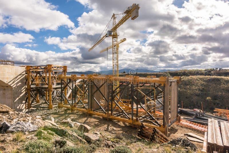 Zwei große Kräne, welche die Struktur aus einer Brücke konstruieren lizenzfreies stockfoto