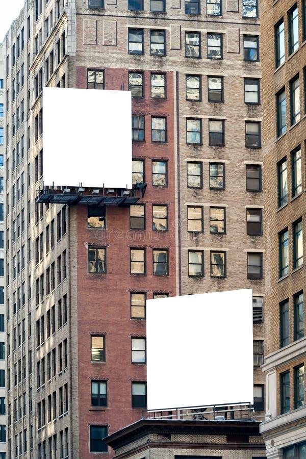 Zwei große weiße leere Anschlagtafeln auf dem Backsteinbau lizenzfreies stockfoto
