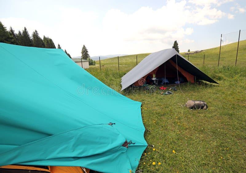 Zwei große Zelte im Sommerlager des boyscout lizenzfreies stockbild