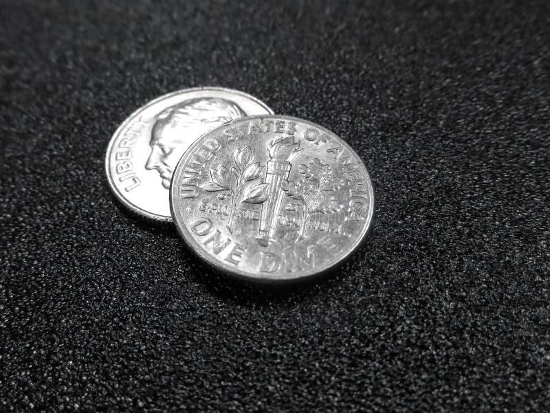 Zwei Groschen auf Schwarzem lizenzfreie stockfotos