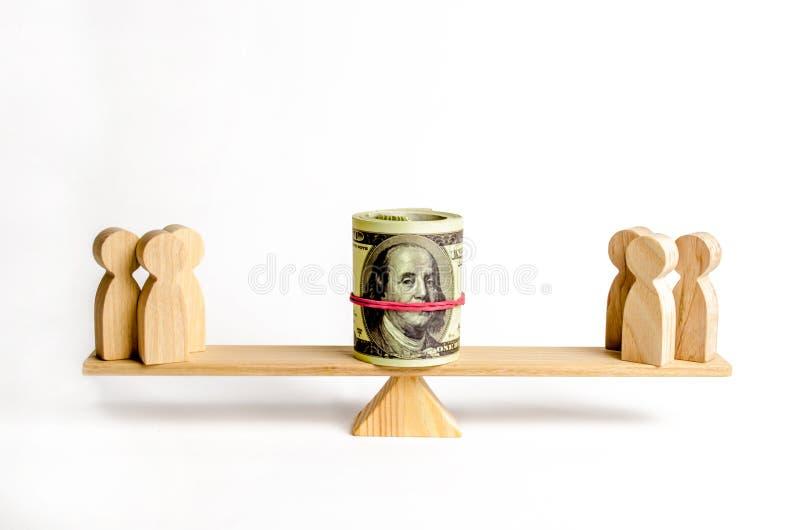 Zwei Gruppen von Personen auf den Skalen klagen für Geld Interessenkonflikt und Ansprüche über Schulden oder Nichtzahlung von Kap lizenzfreie stockbilder