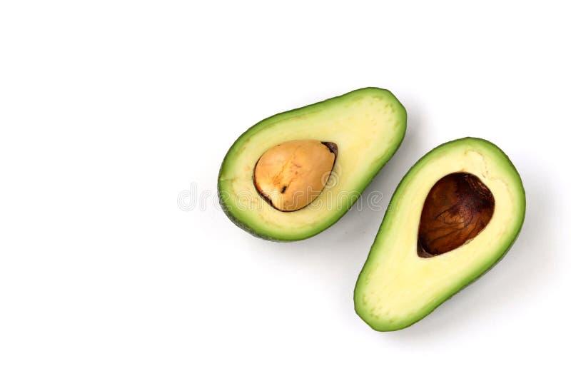 Zwei Hälften der reifen Avocado lokaled auf einem weißen Hintergrund stockfotos