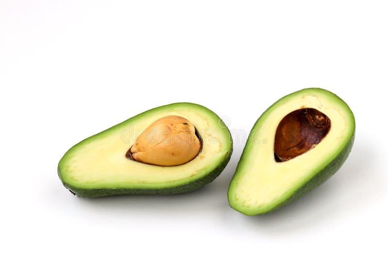 Zwei Hälften der reifen Avocado lokaled auf einem weißen Hintergrund stockbilder