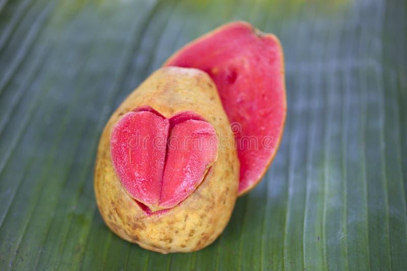 Zwei Hälften zacken Guave mit geschnitztem Herzen aus lizenzfreies stockfoto