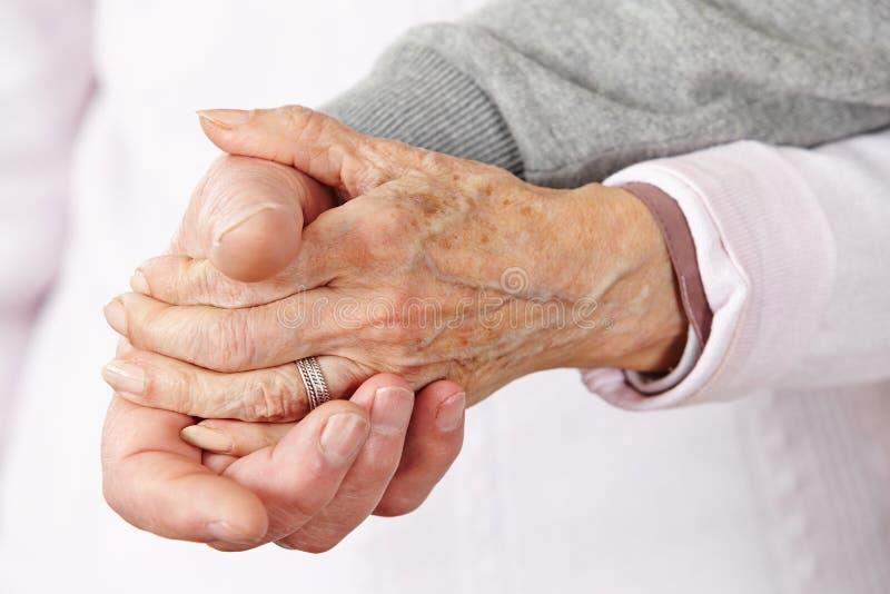 Zwei Händchenhalten der älteren Bürger lizenzfreie stockfotos
