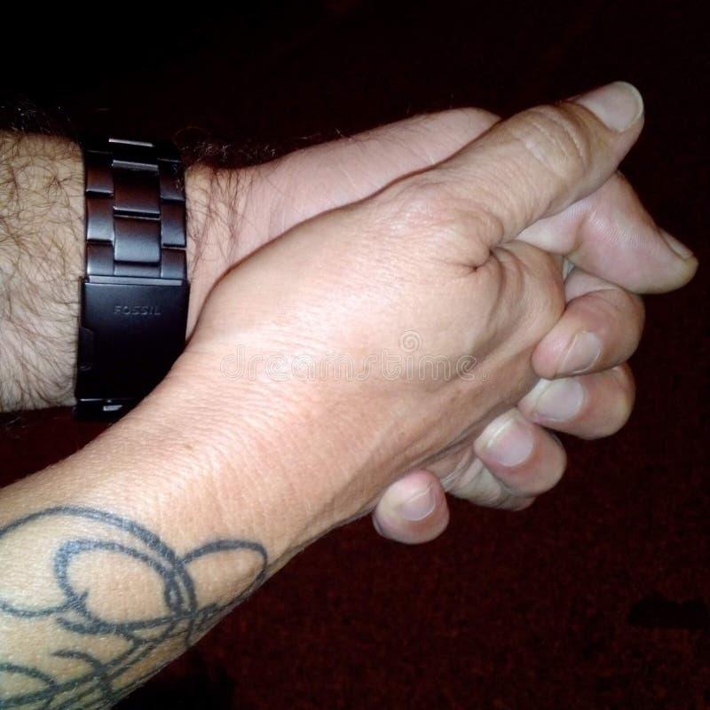 zwei Hände, die einen Mann und eine Frau suchend rütteln stockbilder