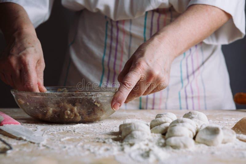 Zwei Hände, die Fleischmehlklöße machen lizenzfreie stockfotografie