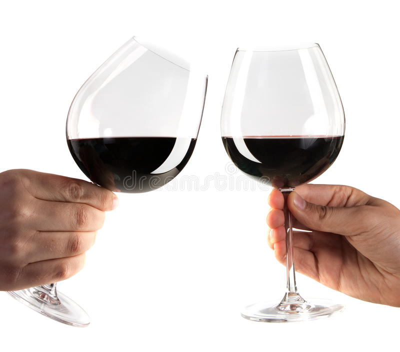 Zwei Hände, die mit Gläsern Rotwein zujubeln stockfotografie