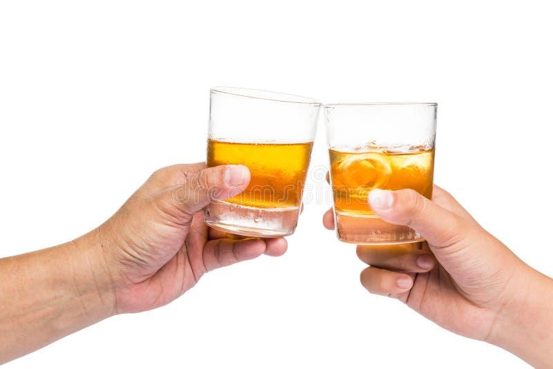 Zwei Hände, die Whisky auf dem Felsen mit weißem Hintergrund rösten lizenzfreie stockfotografie