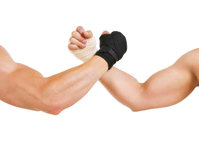 Zwei Hände umklammerten Armdrücken, den Kampf von Schwarzweiss lizenzfreie stockfotos