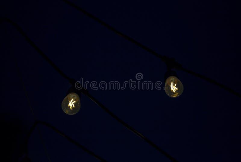 Zwei hängende LED-Glühlampen stockbild