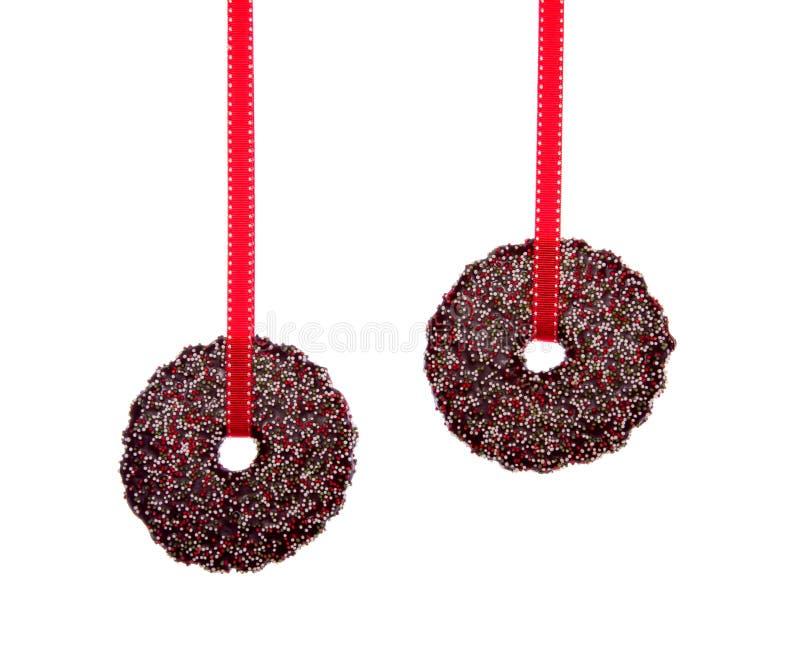 Zwei hängende Weihnachtsplätzchen lizenzfreie stockbilder
