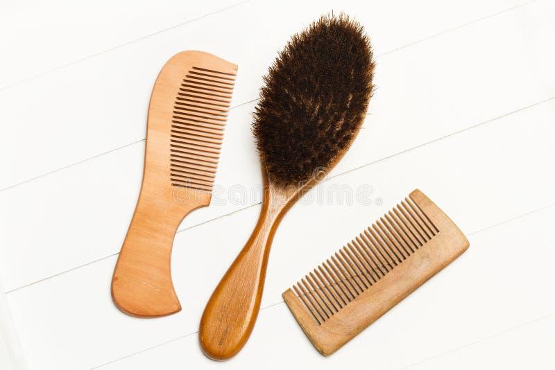 Zwei hölzerne Kämme und eine Haarbürste lizenzfreie stockfotos