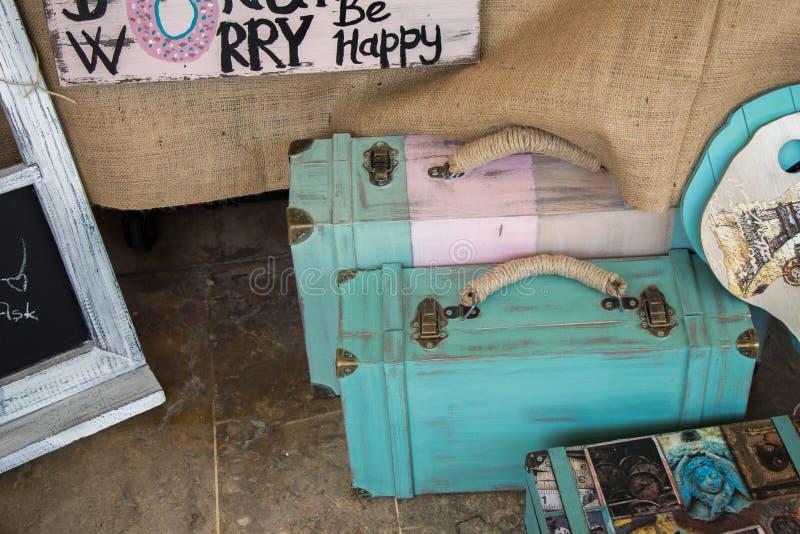 Zwei hölzerne Koffer der Aquafarbweinlese auf Anzeige stockfotos