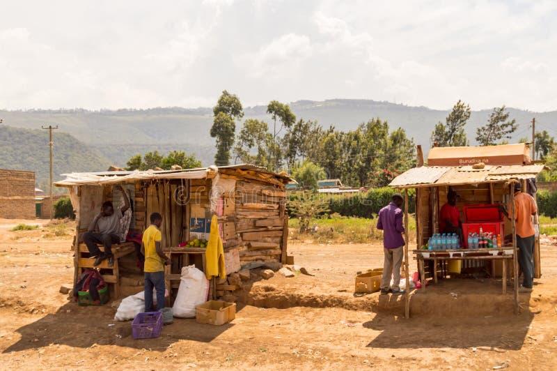 Zwei hölzerne Ställe auf dem Straßenrand in Kenia-` s Rift Valley lizenzfreie stockfotografie