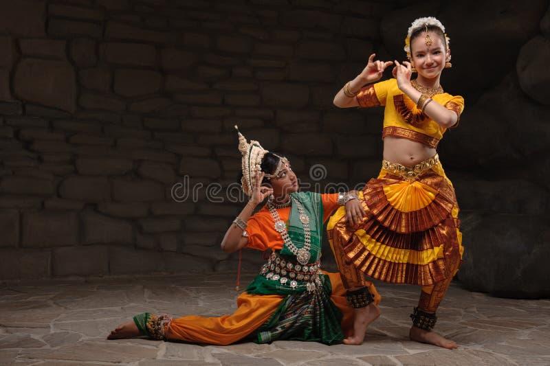 Zwei hübsche Mädchen in den traditionellen Kostümen stockbilder