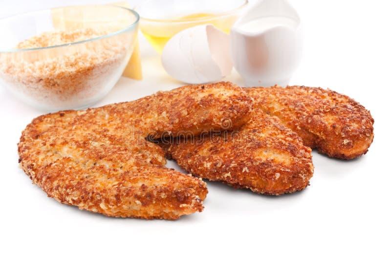 Zwei Hühnerparmesankäse mit Bestandteilen stockfoto