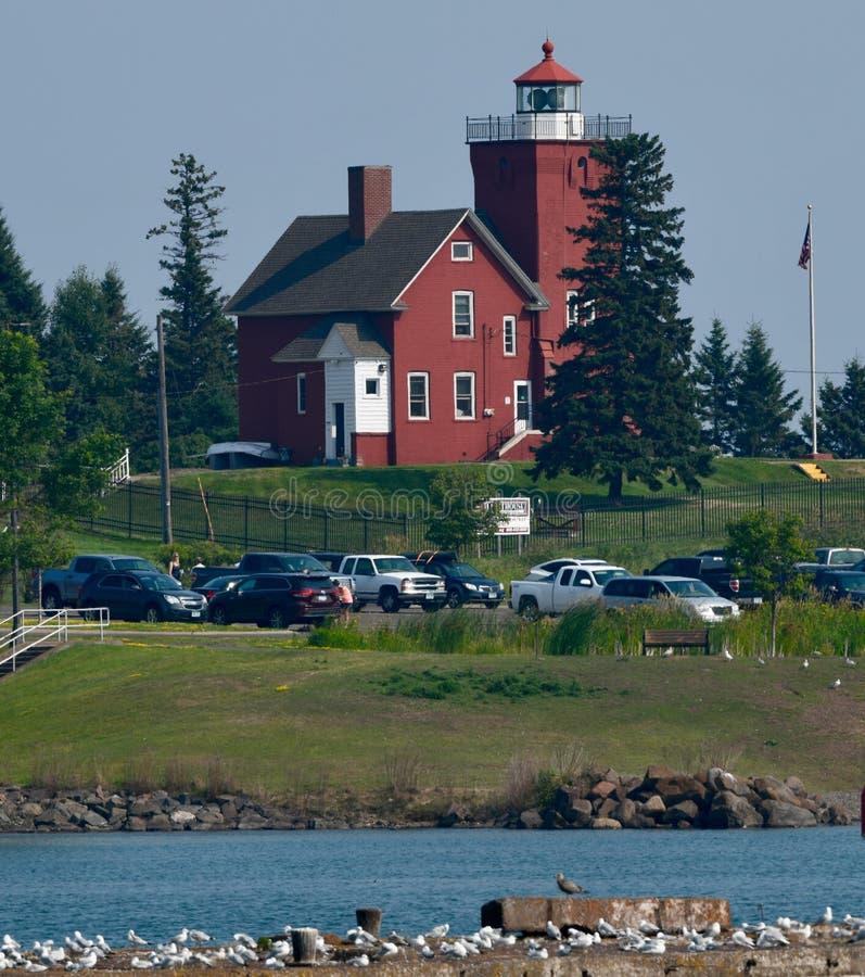 Zwei Hafen-Leuchtturm über vom Hafen stockfotografie